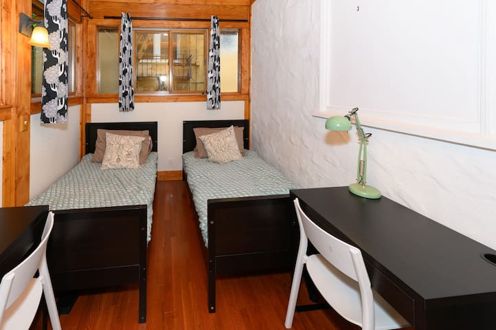 Virginia 1A - BED IN DOUBLE NEAR UC BERKELEY