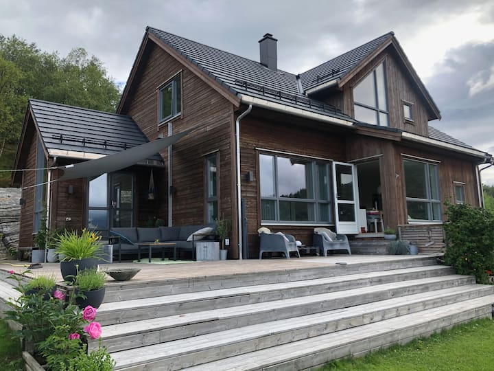 Romslig flott enebolig  i rolig strøk i Ålesund