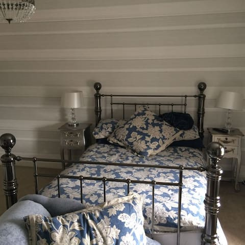 West Wing Double Bed