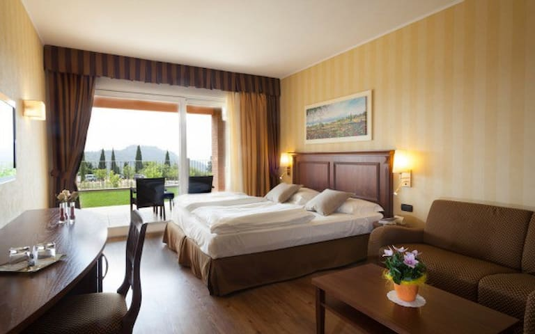 Juniorsuite con terrazzo/balcone - costermano - Bed & Breakfast