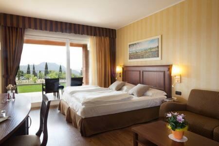 Juniorsuite con terrazzo/balcone - costermano - Bed & Breakfast