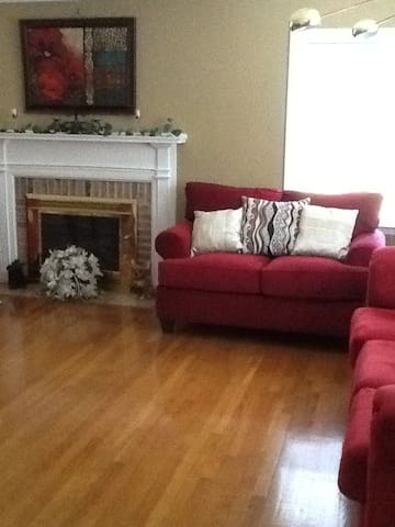 Shared family rm w/Cable TV, WiFi access, DVD player