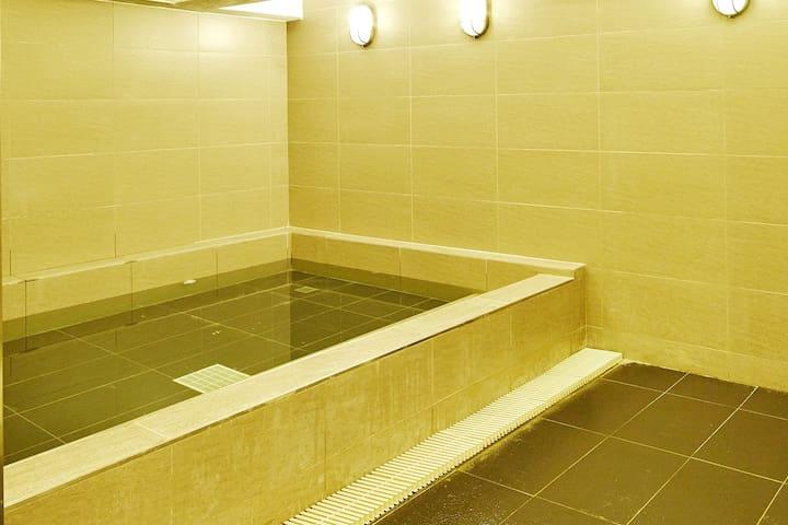 泡完澡,肩頸就不會「頂扣扣」男生房。共用衛浴(Male Single Rm/Shared Bath)