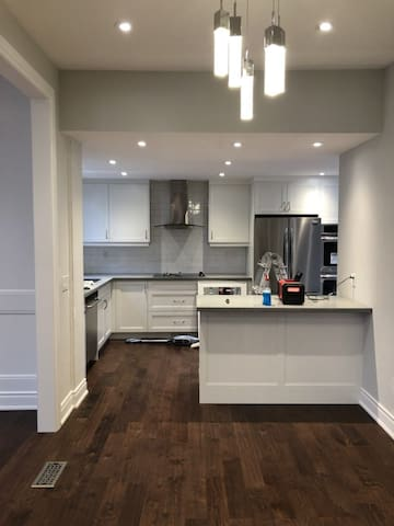 Newly renovated bungalow near Shops at Don Mills