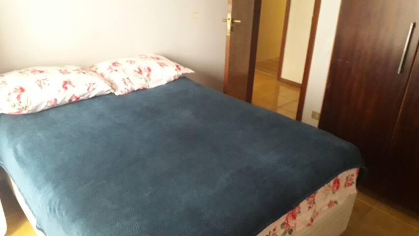 Suite com cama de casal e um colchão de solteiro extra que pode ser usado se necessário.