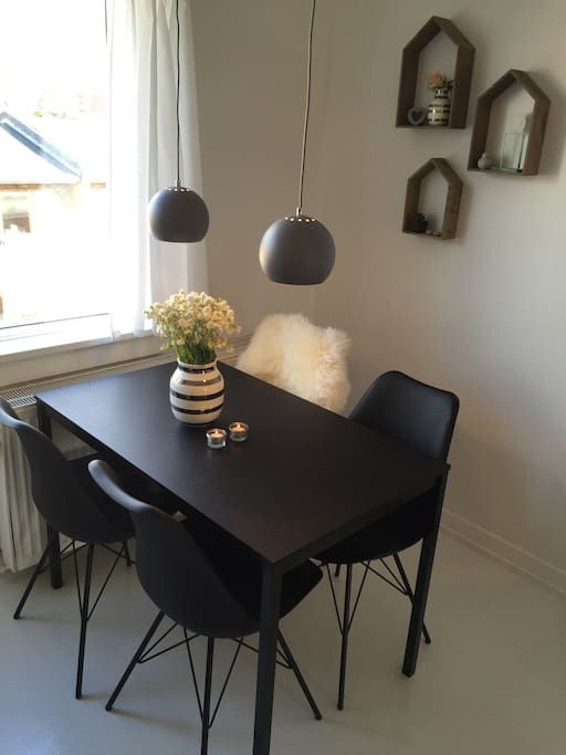 Spisepladsen i stuen // Dining area in the living room