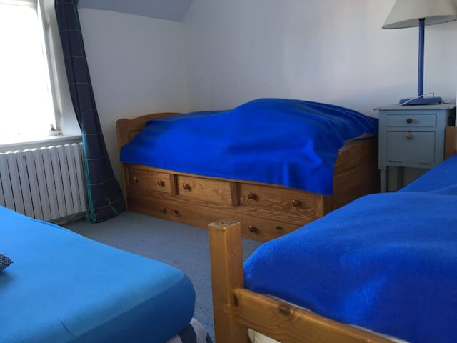 chambre 3 lits simples 2ième étage vue tennis
