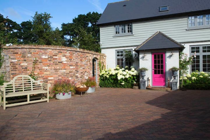 Beautiful, contemporary cottage - Outwood - House