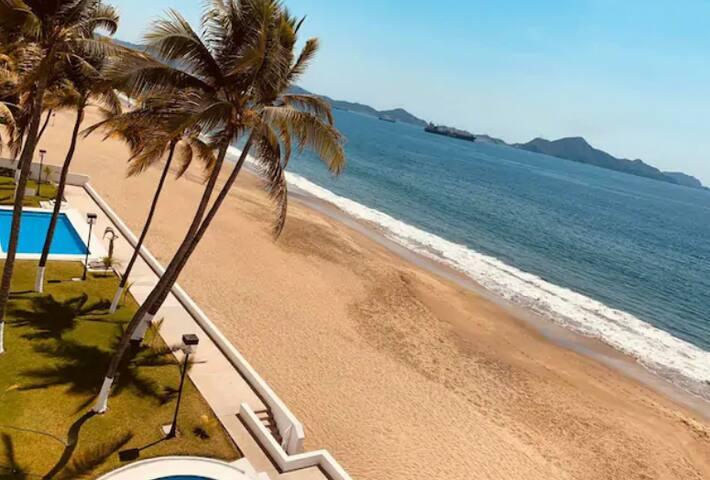 Depa a pie de playa con dos albercas en Manzanillo