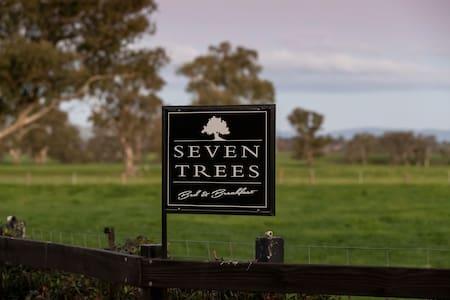 'Seven Trees Cottage'  Rural Retreat