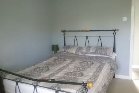 Comfortable room in a friendly home - Kidderminster - Talo