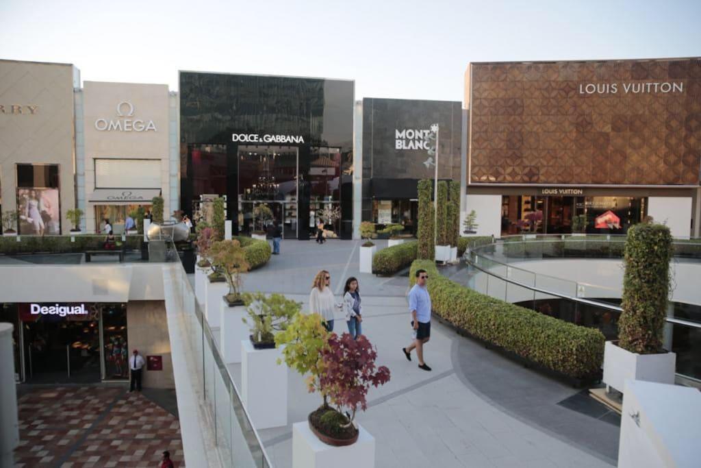 Distrito del lujo, en mall parque Arauco ( a 2 cuadras del departamento)