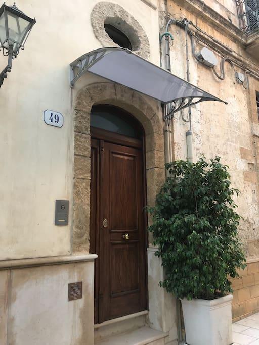 L'ingresso della Casa Magica 2.0 è in via San Benedetto 49