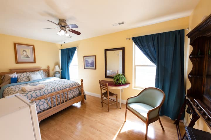 Comfy Bed & Breakfast/Stay-Cation 2 -Blue Rm