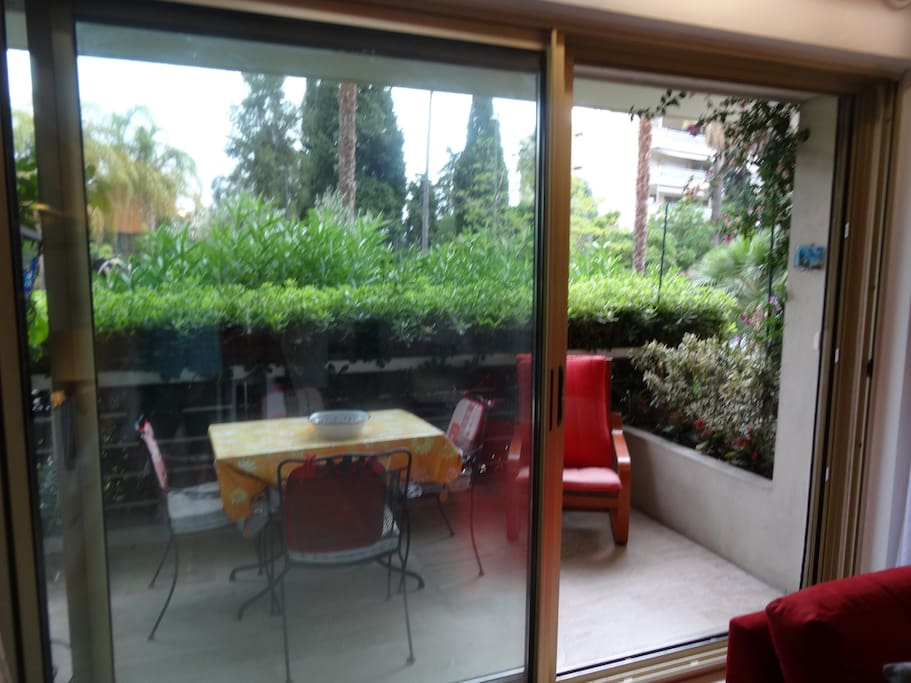 Balcon côté séjour avec double baie vitrée