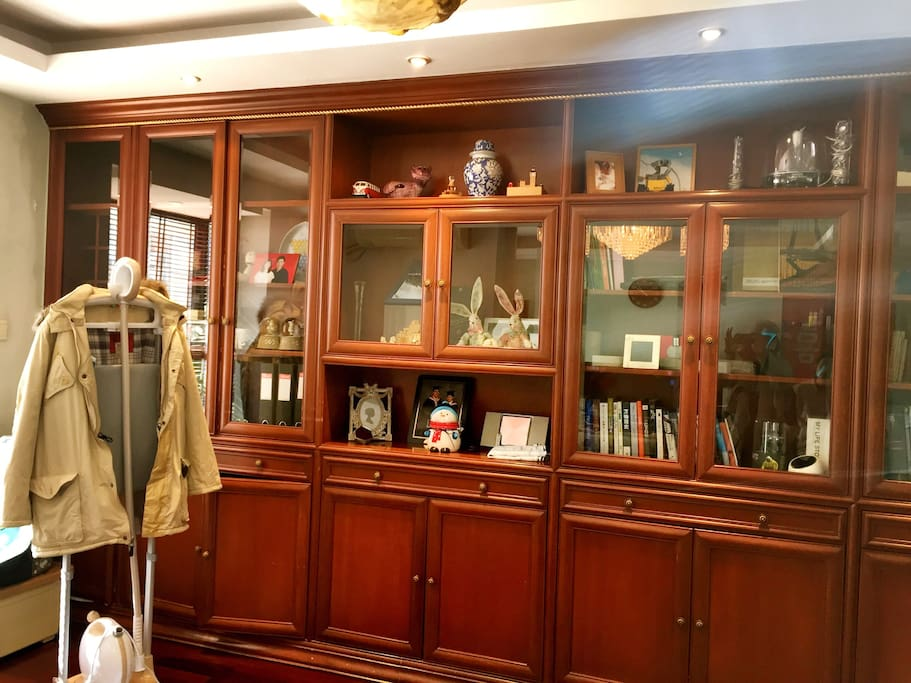 整面的书柜有英式的书房氛围…围坐在踏踏米上…喝茶…翻书…瑜伽…时光就这么美好的安静的流淌…