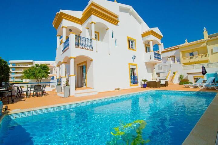 6 bedroom villa near beach - Guia - วิลล่า