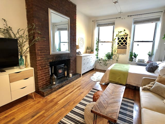 Best location! Cozy East Village bohemian loft>>