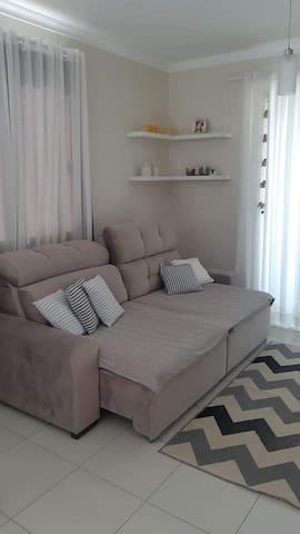 Sala de estar com sofá retrátil, super confortável