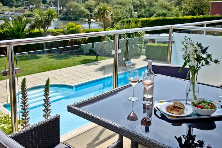 3 Goodrington Lodge, Stunning apartment with sea views and communal pool