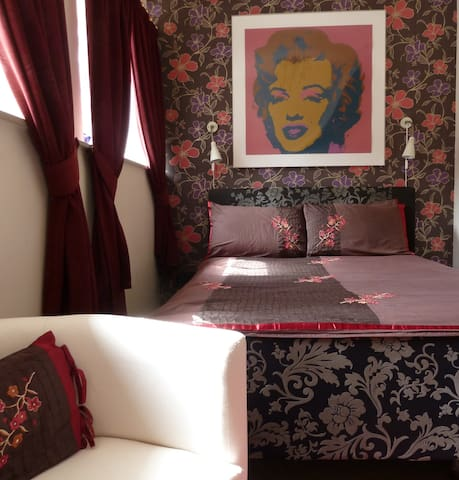 The Marilyn Room at The Old School - Trefin - Bed & Breakfast