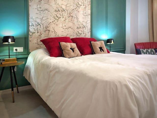 Dormitorio principal, con una cama de matrimonio Queen size.