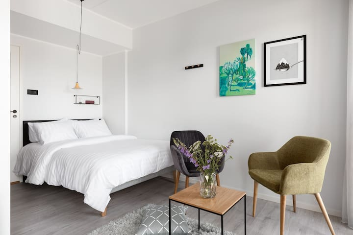 Vibrant Studio Suite In Creative District