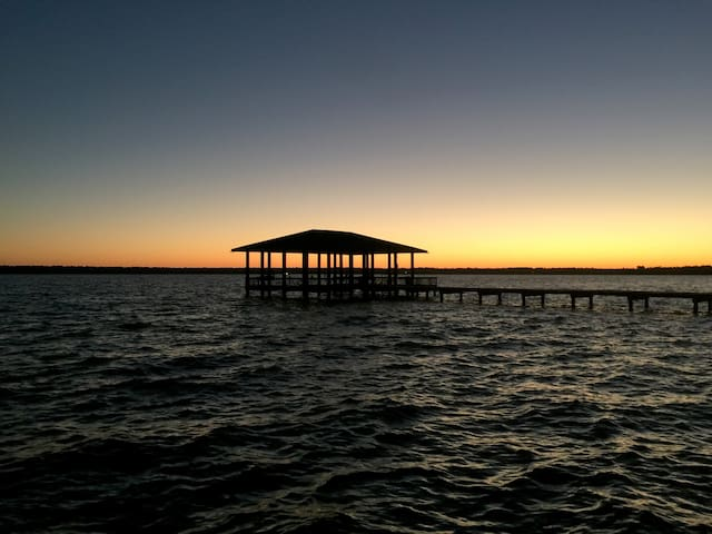 4BR Lakehouse w/ Pvt. Pool & Pier - Houston - Hus