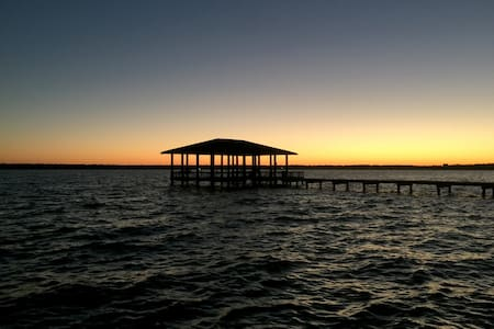 4BR Lakehouse w/ Pvt. Pool & Pier - Houston - Casa