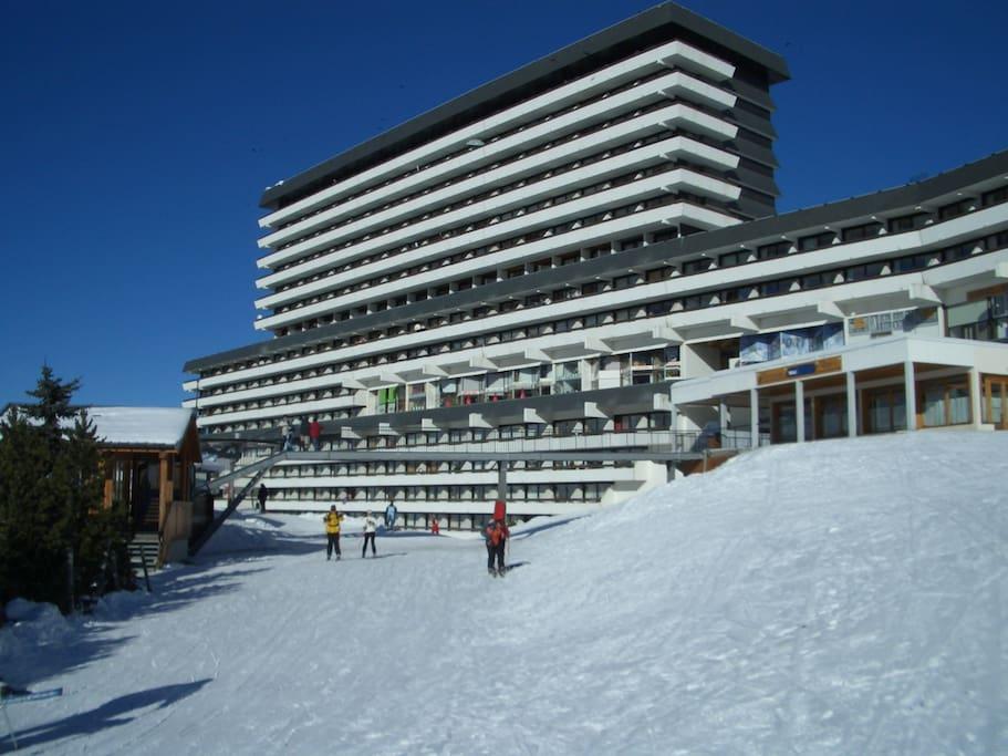 Le Brelin, appartement au 15ème étage, au pied des pistes (départ et retour skis aux pieds).