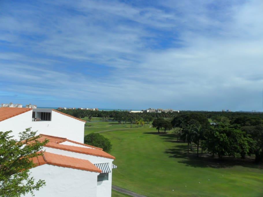 Nice View to golf course, hotel, and the beach /Hermosa vista al campo de Golf, al hotel y la playa