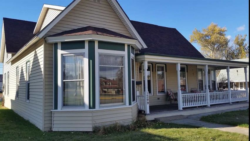 Historic home 2 blocks from Main St - Sturgis - Дом