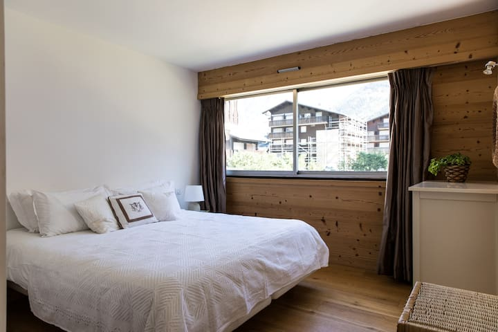 Bedroom 2: Flexible twin or double room with access to a separate shower and bathroom
