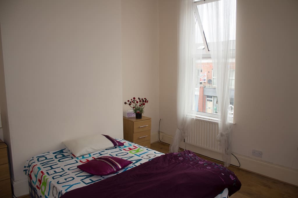 Large double bedroom close to city airport houses for for N ireland bedroom tax