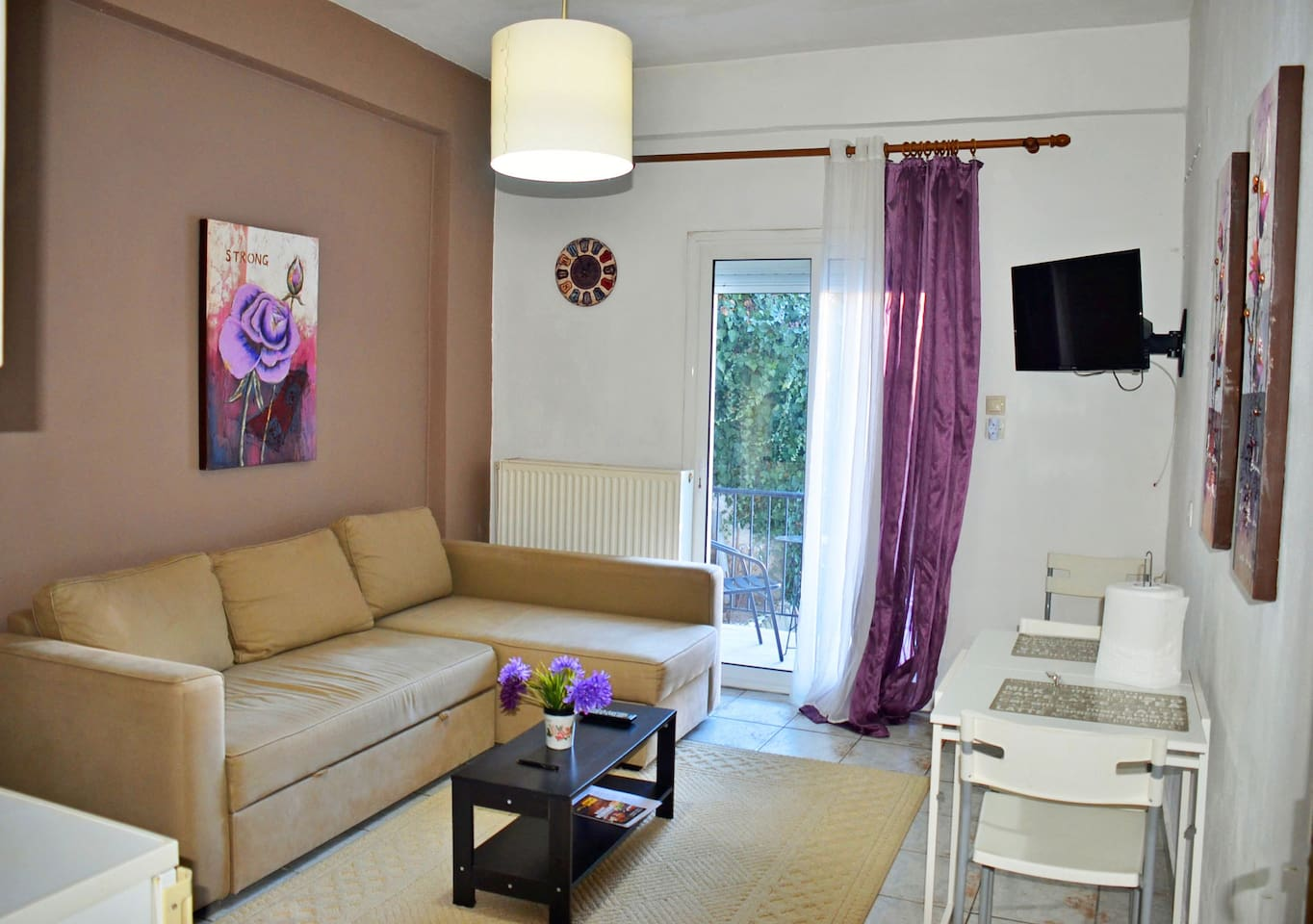 Living room with pull out sofa bed, TV and kitchen table  Το Σαλονι
