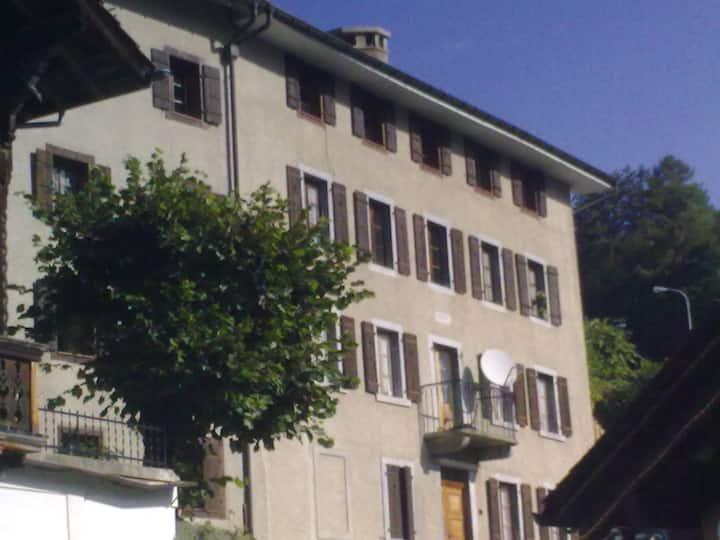 Joli appartement de deux pièces avec petit jardin