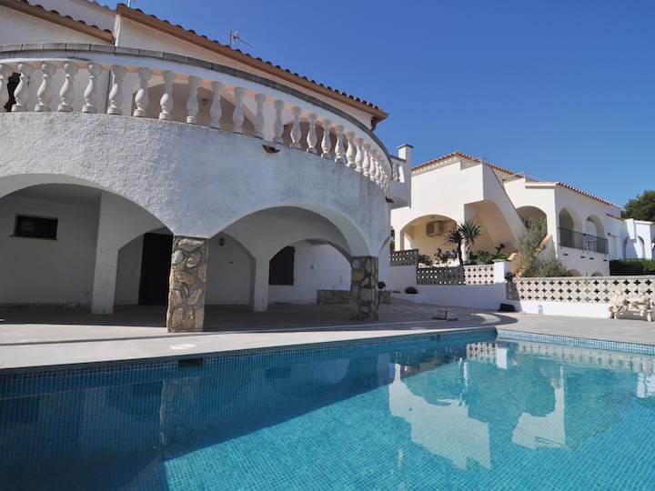 VERY SPACIOUS HOUSE WITH LARGE TERRACE AND PRIVATE POOL