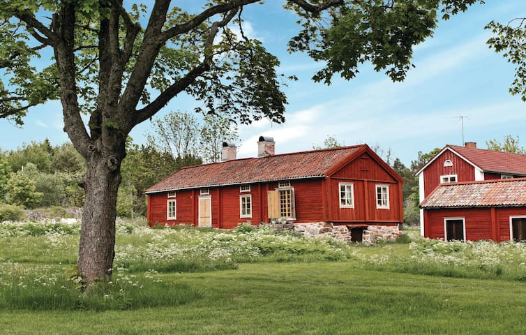Former farm house with 3 bedrooms on 130 m² in Björkö