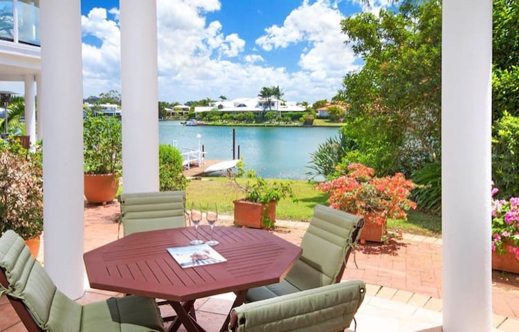 Tranquil Villa by canal, in the heart of Noosa - Noosaville - Villa