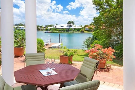 Tranquil Villa by canal, in the heart of Noosa - Нусавилл - Вилла