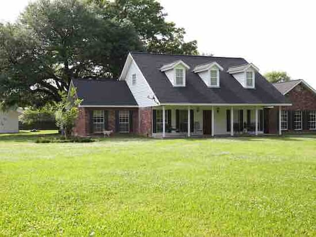 Easy access I12 charming home Town of Livingston