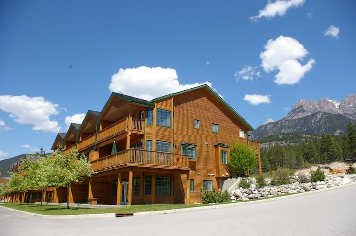 Marble Canyon 4 Bedroom Townhome: Unit 701 Phase 2- Pet Friendly