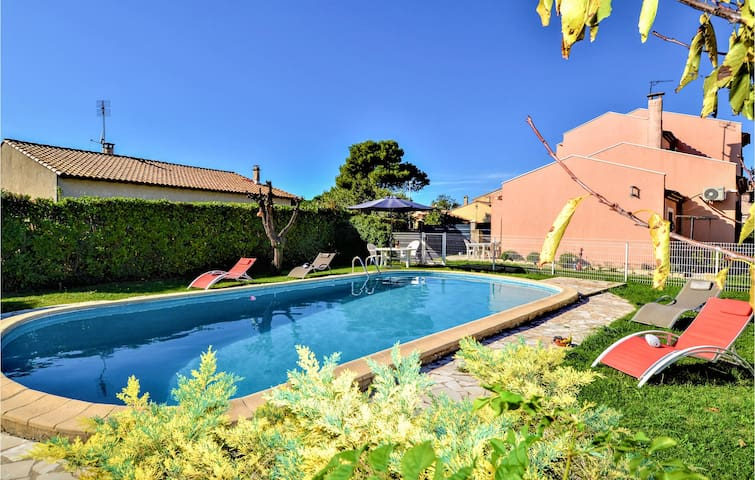 Holiday cottage with 4 bedrooms on 92m² in Garons