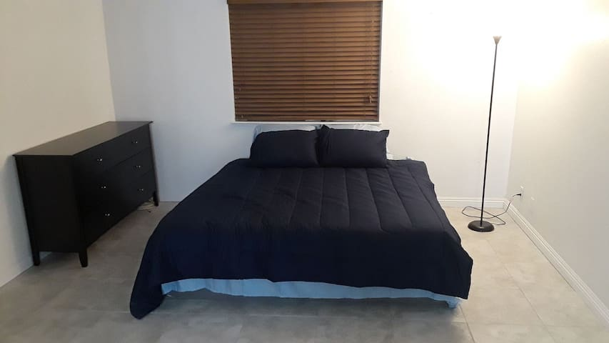 A-Master Bedroom/bathroom 3min from the strip
