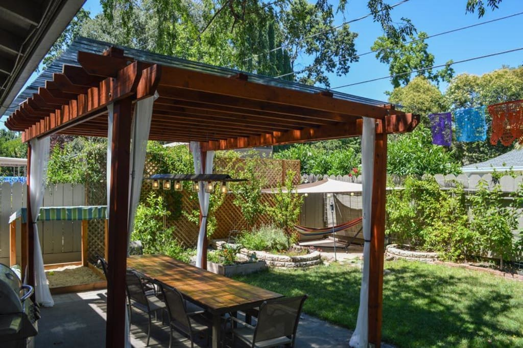 Barbecue dinner and enjoy it under the pergola.