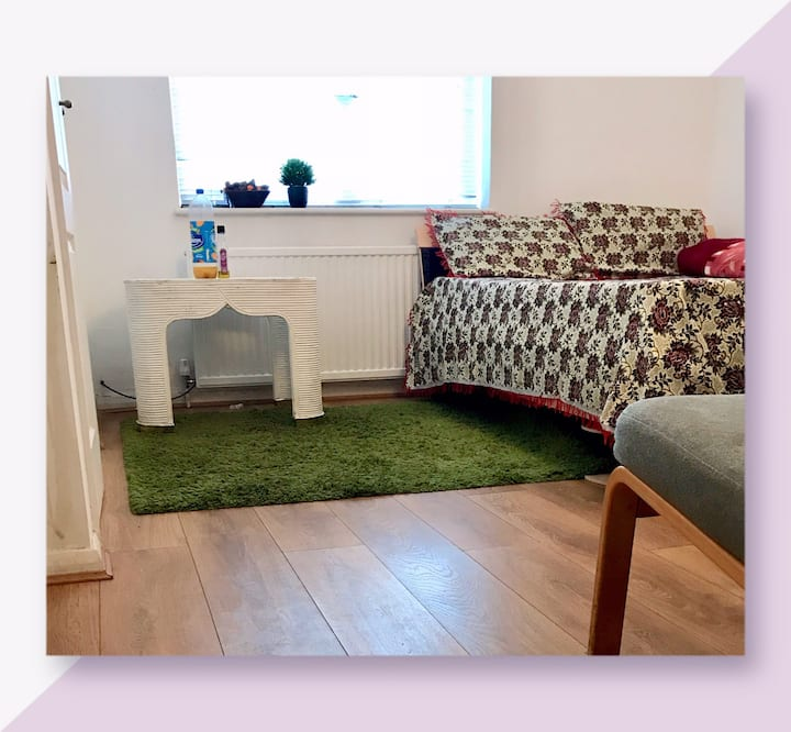 A sharing flat close to slough train station& H/S.