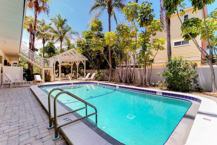 Family-friendly condo two blocks from the beach w/ community pool, dogs OK!