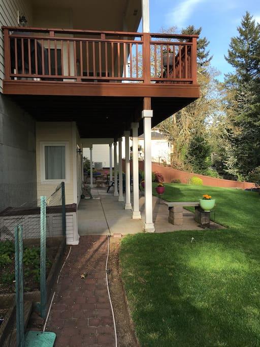 Separate entrance to the garden apartment
