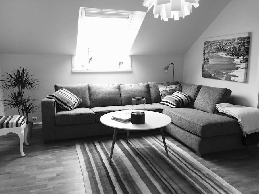 Stor och rymlig soffa som lätt rymmer hela familjen.