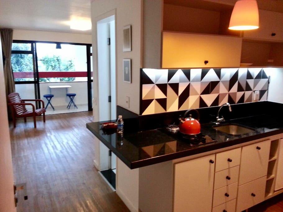Cozinha equipada com louças e demais utensílios básicos: panelas, talheres, taça, xícaras, etc.